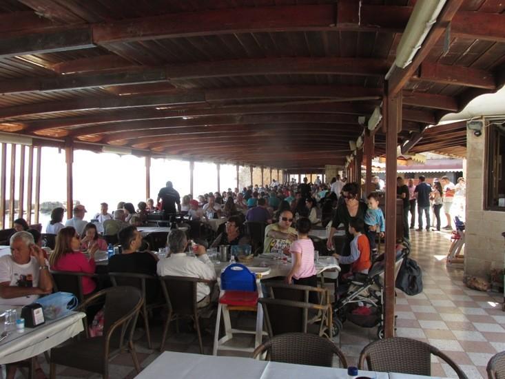 mnogo-naroda-v-restoran-abu-kristo
