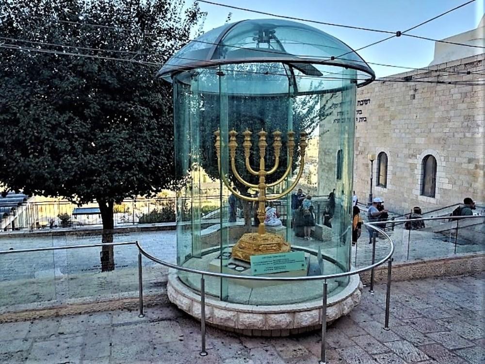 menora-pod-steklyannym-kupolom-evrejskij-kvartal-ierusalim