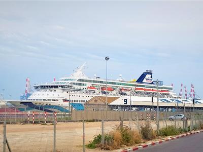 kruiznyj-lajner-na-stoyanke-v-morskom-portu-hajfy