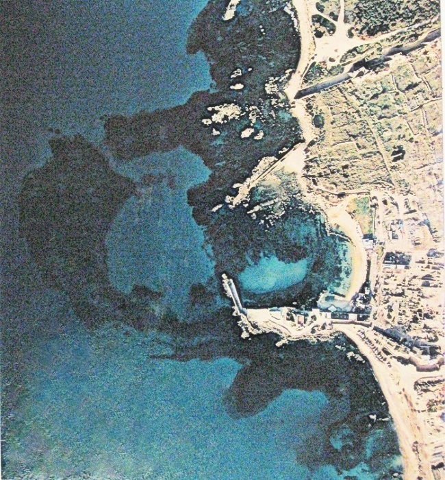 aerofotosnimok-akvatorii-porta-kejsariya-sleva-vverhu-vidny-morskie-vorota-porta-akvatoriya-silno-zanesena-peskom-muzej-ralli-kejsariya