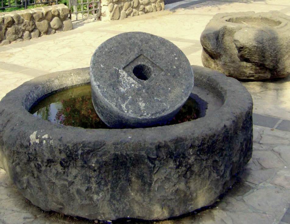 bazaltovye-zhernova-dlya-razmola-maslin-tabha-kapernaum