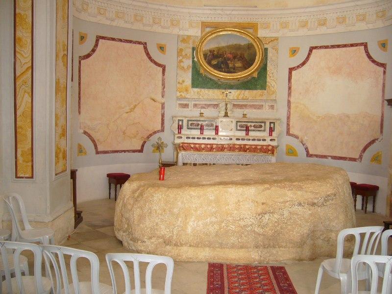 altar-v-tserkvi-menza-kristi-v-gorode-nazaret-v-izraile